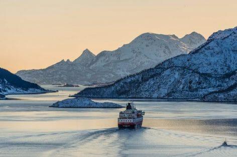 Hurtigruten, nel 2022 la prima crociera da un Polo all'altro