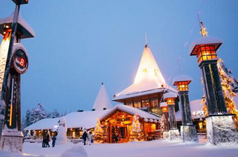 Giver guarda all'inverno con il catalogo Babbo Natale a Rovaniemi