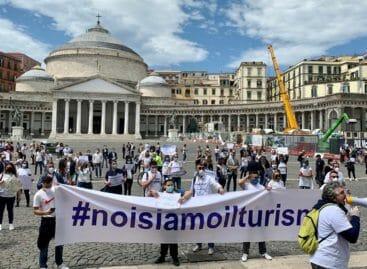 Agenzie di viaggi in piazza a Napoli: la cronaca della protesta