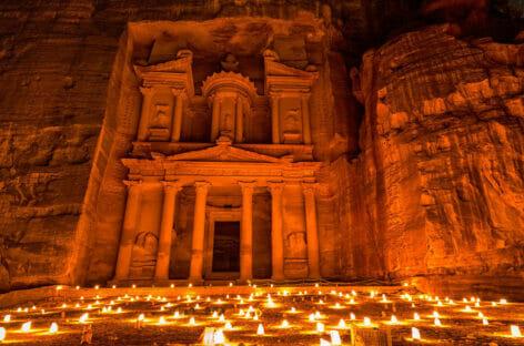 Petra by night riapre ai turisti: la Giordania verso la normalità
