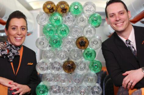 easyJet presenta le uniformi realizzate con plastica riciclata